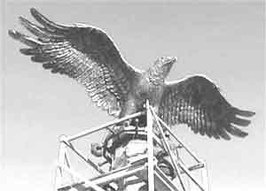 Посреди прибайкальской степи поставили огромный тотем в виде бронзового орла с колокольчиками. Местные шаманы считают этих птиц высшими созданиями и даже сами перевоплощаются в пернатых.