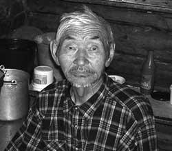 Владимир Самаев - уникум Оки. На бараньей лопатке гадает давно, успешно продолжая дело отца Дамдина и дяди Готопа. Гадать к нему приезжают отовсюду.
